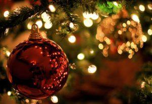 bola de navidad en arbol