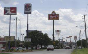 anuncios monoposte de fast food