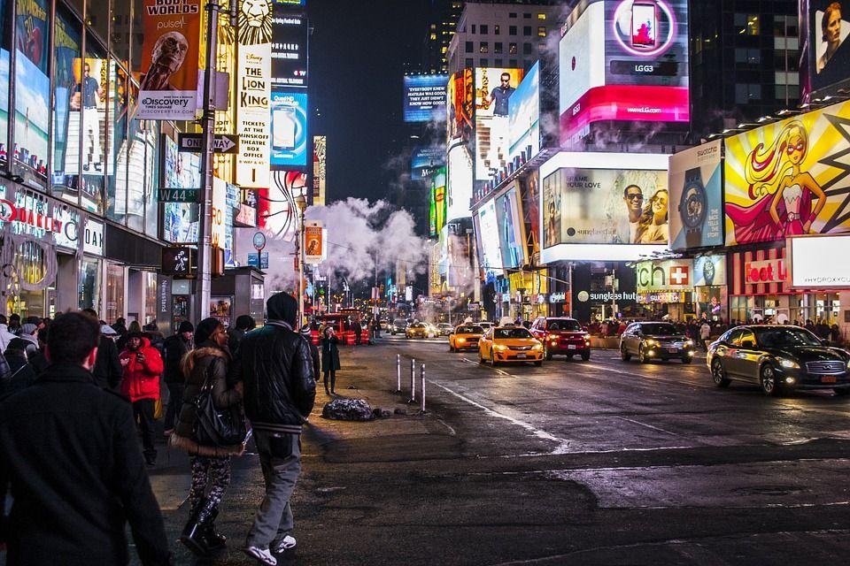 Calle de nueva york con carteles