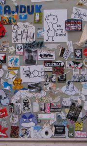 carteles y pegatinas en muro