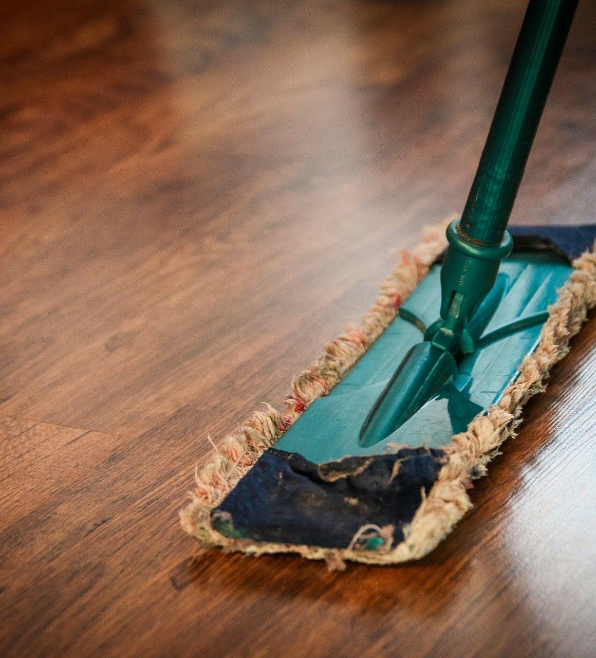 limpiando un suelo vinílico que simula madera