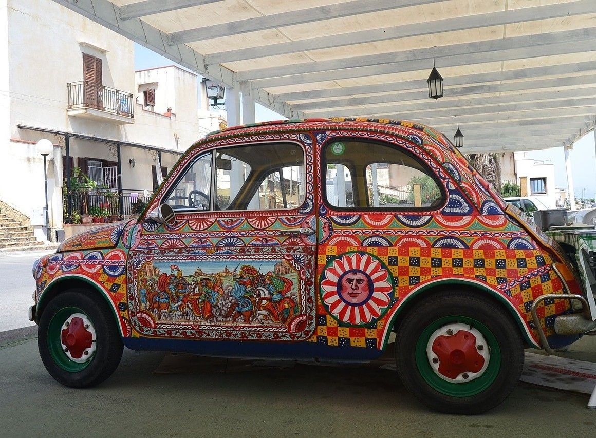 coche en la india rotulado completamente