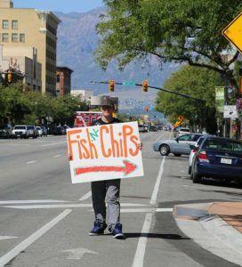 persona sosteniendo cartel