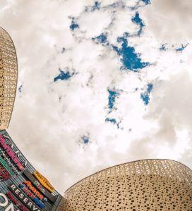 fachadas decorativas con rótulos en centro comercial