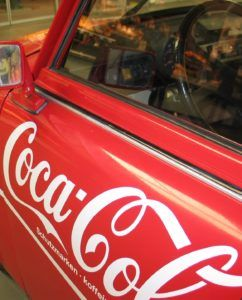 coche rotulado con logo de coca cola