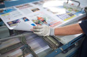 trabajando sobre material impreso