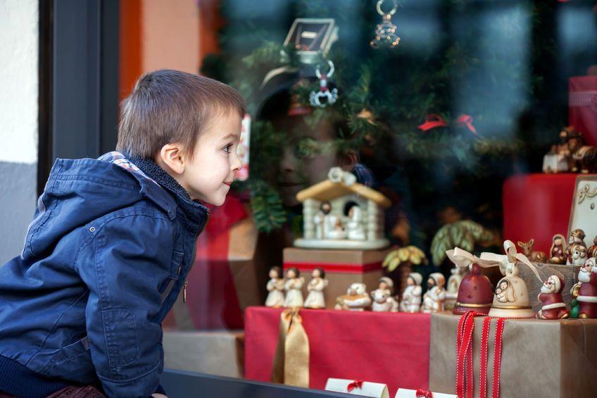 niño mirando adornos navideños