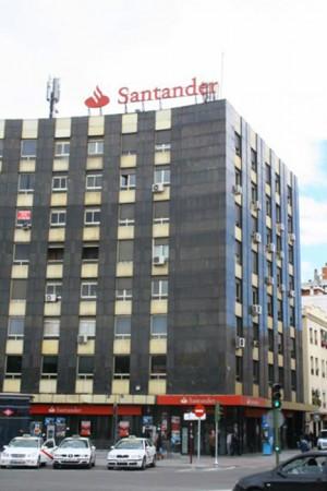 Rótulo coronación edificio marca Santander