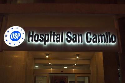 Rótulo de entrada a hospital de noche