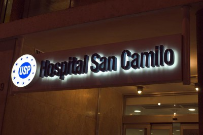 Rótulo de entrada a hospital vista lateral nocturna