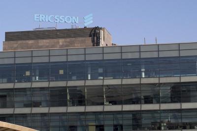 Vista de rótulo de coronación de edificio Ericsson
