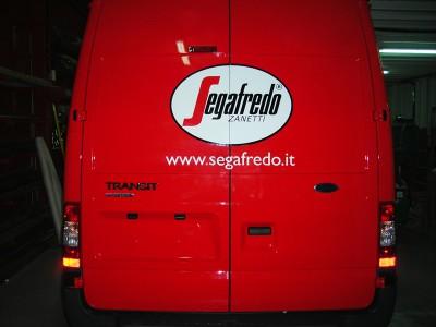 Vista parte trasera de vehículo Segafredo